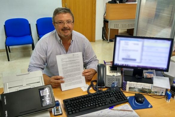 Jaime Lloret registrando la moción sobre la nueva macro piscifactoria