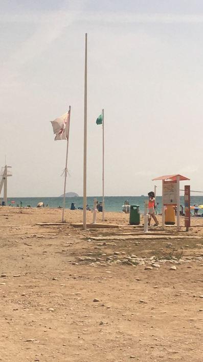 Mastil sin bandera azul playa parais